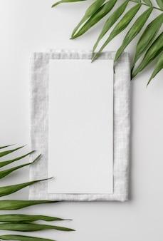 Vue de dessus de la maquette du menu de printemps sur une serviette avec des feuilles