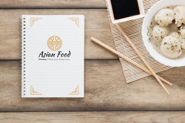 Vue de dessus de la nourriture asiatique avec des baguettes