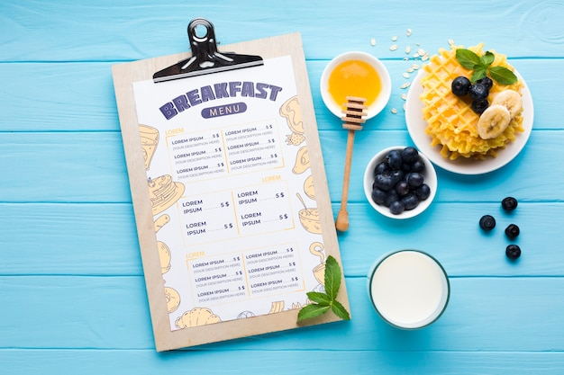 Vue de dessus de la nourriture du petit déjeuner avec des bleuets et des gaufres