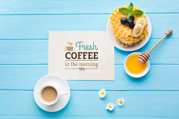 Vue de dessus de la nourriture du petit déjeuner avec du miel et des gaufres