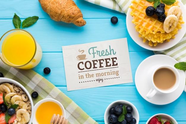 Vue de dessus de la nourriture du petit déjeuner avec des gaufres et du jus d'orange