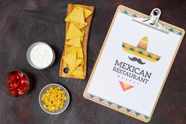 Vue de dessus de la nourriture de restaurant mexicain avec nachos et maïs