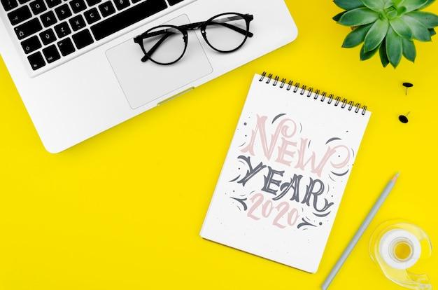 Vue de dessus ordinateur portable et maquette avec fête du nouvel an