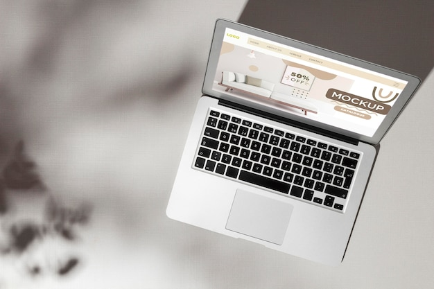 Vue de dessus ordinateur portable ouvert avec maquette d'écran avec des ombres