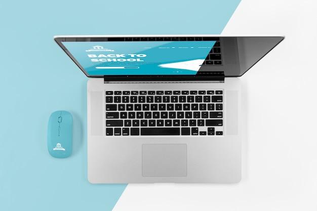 Vue de dessus de l'ordinateur portable de retour à l'école avec souris