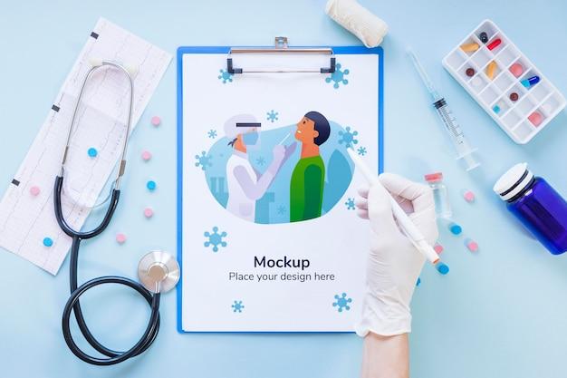 Vue de dessus des outils médicaux avec maquette
