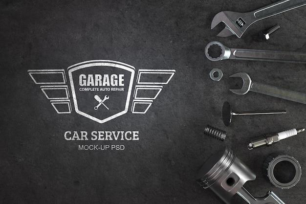 Vue de dessus des outils de travail avec maquette de logo de service de voiture