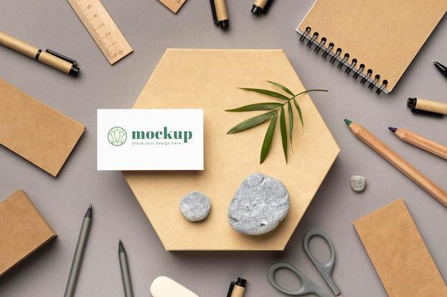Vue de dessus de la papeterie en papier avec des pierres, des feuilles et des crayons