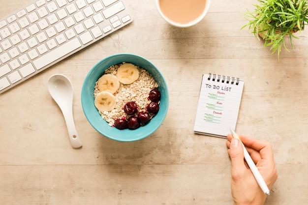 Vue de dessus petit-déjeuner savoureux avec bol de céréales