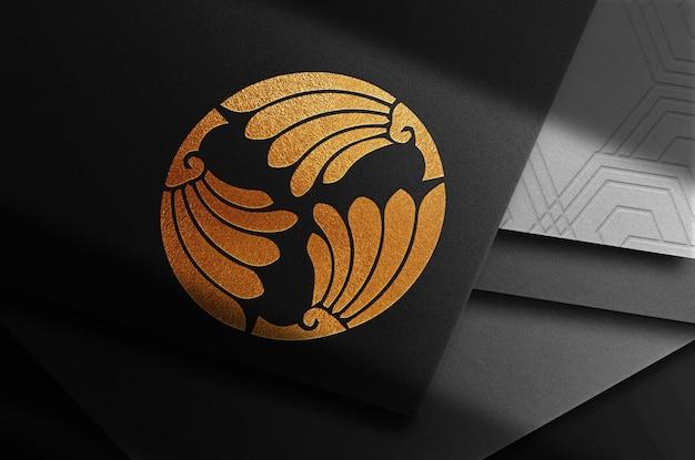 Vue de dessus de la pile de cartes de maquette de logo en relief de luxe en gros plan