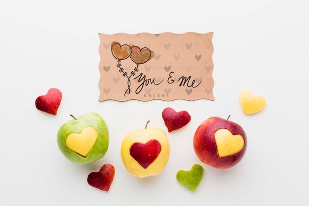 Vue de dessus des pommes avec des formes de coeur