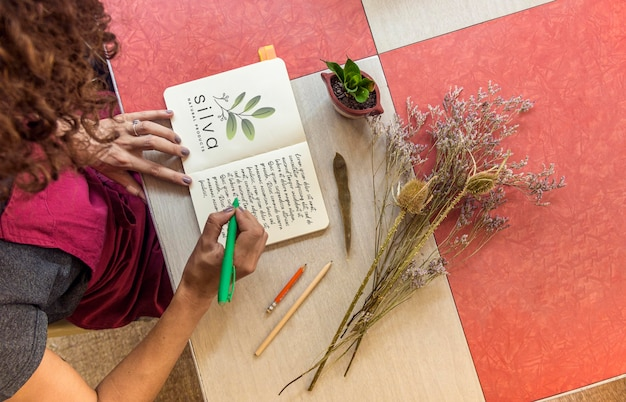 Vue de dessus en prenant des notes de jardinage avec maquette