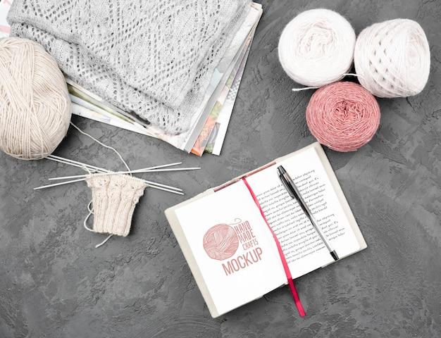 Vue de dessus des produits de tricot et de l'agenda de maquette