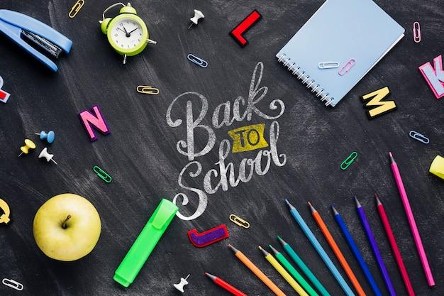 Vue de dessus retour au concept d'école avec tableau