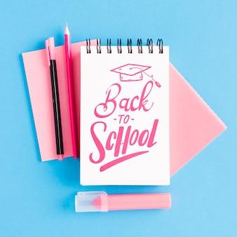 Vue de dessus retour à l'école avec le bloc-notes