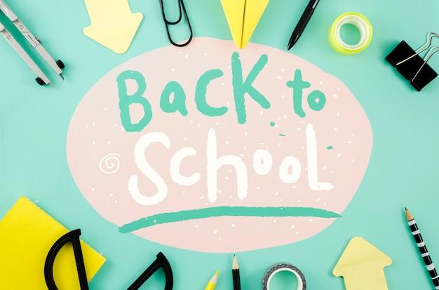 Vue de dessus retour à l'école avec fond bleu