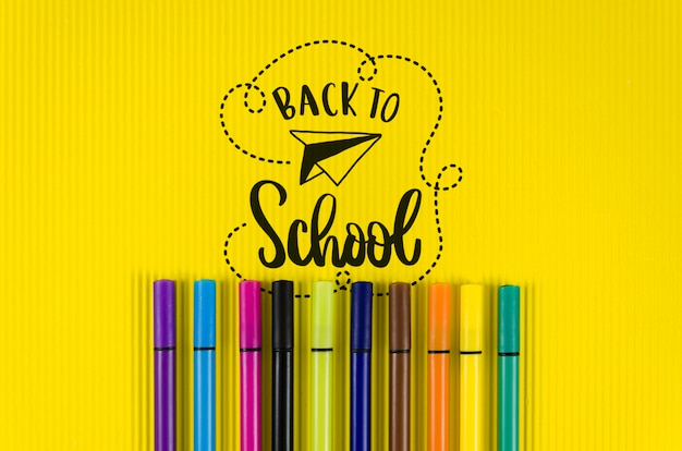 Vue de dessus retour à l'école avec fond jaune
