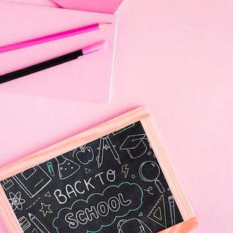 Vue de dessus retour à l'école avec tableau