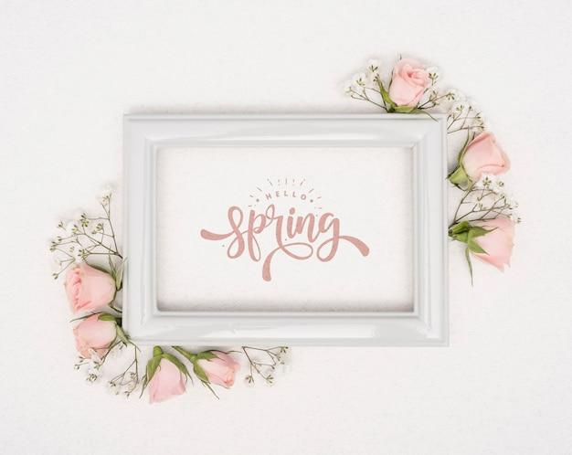 Vue de dessus des roses de printemps roses avec cadre