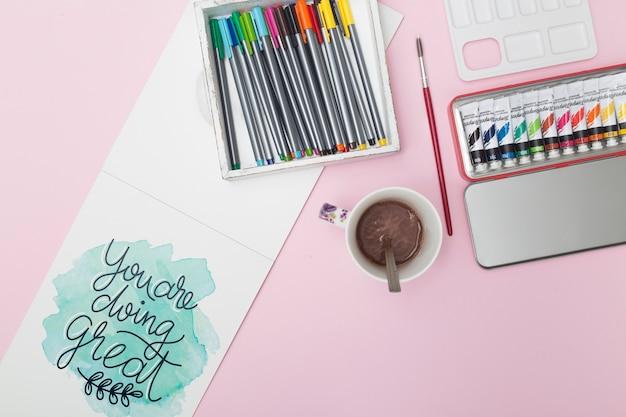 Vue de dessus stylos colorés avec tempera