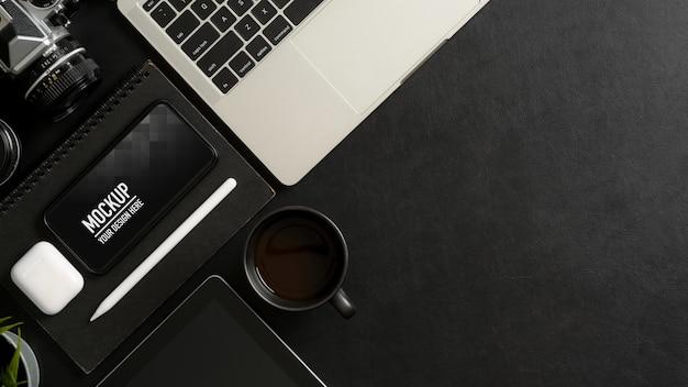 Vue de dessus de la table de travail avec maquette de smartphone