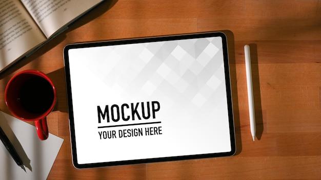Vue de dessus de la table de travail avec maquette de tablette numérique