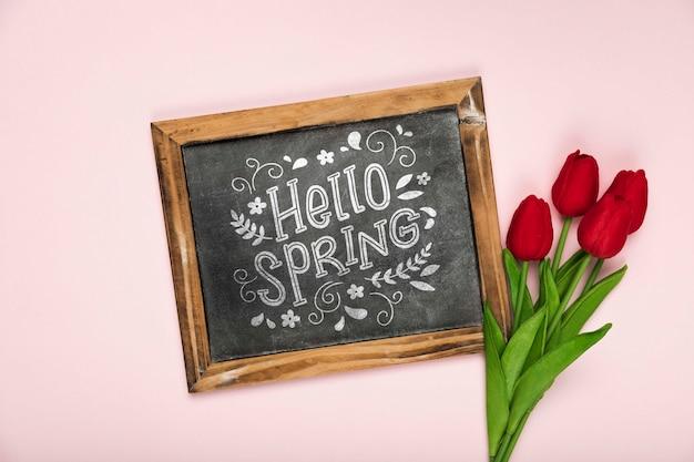 Vue de dessus des tulipes au printemps et tableau noir