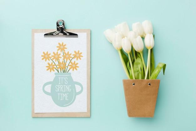 Vue de dessus des tulipes blanches et bloc-notes