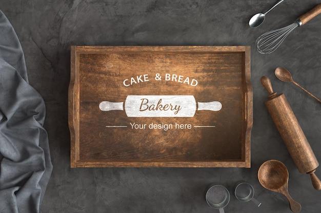 Vue de dessus des ustensiles de boulangerie avec maquette de caisse en bois