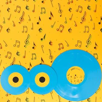 Vue de dessus de vinyles sur fond jaune