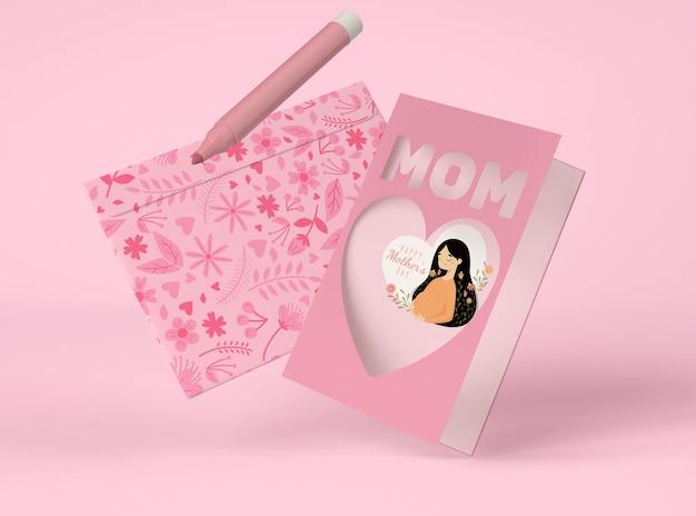 Vue de face arrangement de fête des mères avec créateur de scène de carte