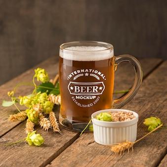 Vue de face de la bière pinte avec maquette d'orge