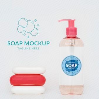 Vue de face de la bouteille de savon liquide et de pains de savon
