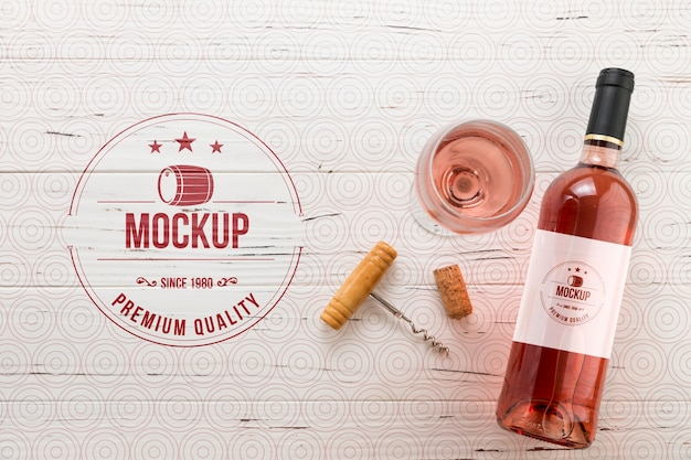 Vue de face bouteille de vin rose et verre