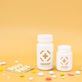Vue de face de différentes bouteilles de pilules avec espace copie