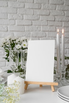 Vue de face de la disposition de la table avec maquette de menu de printemps