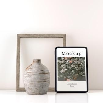 Vue de face du vase sur la table avec cadre