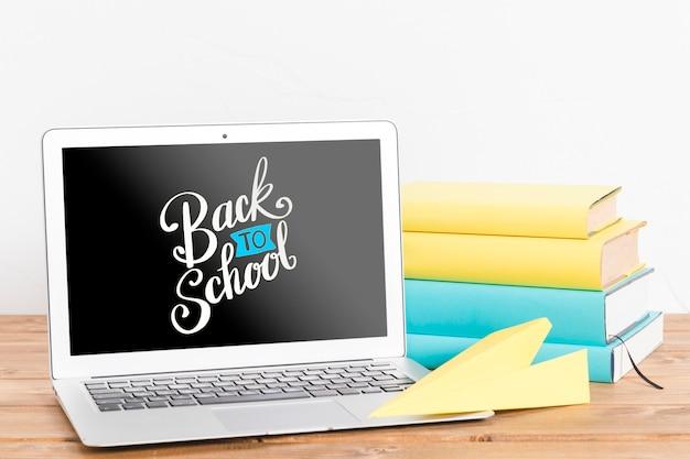 Vue de face à l'école avec un ordinateur portable