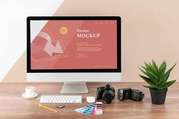 Vue de face de l'espace de travail en bois du photographe avec écran d'ordinateur