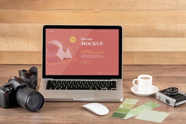 Vue de face de l'espace de travail en bois du photographe avec ordinateur portable