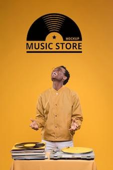 Vue de face de l'homme à la recherche d'une maquette de magasin de musique