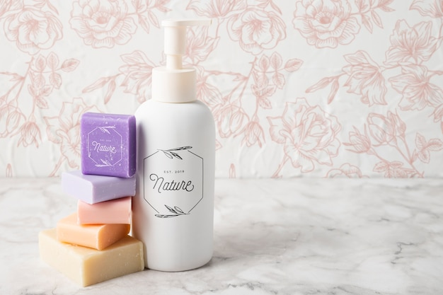 Vue de face de l'huile essentielle et du savon coloré