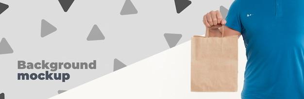 Vue de face livreur tenant un sac à provisions