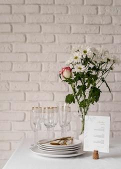 Vue de face de la maquette du menu de printemps avec des fleurs et des assiettes