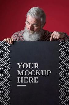 Vue de face de la maquette de l'homme senior