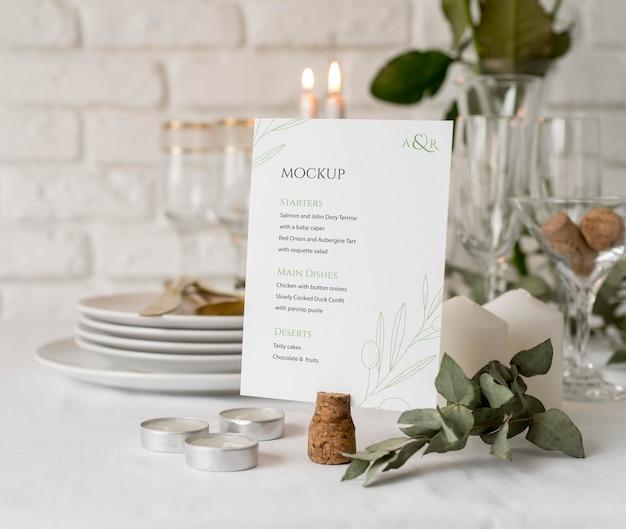 Vue de face de la maquette de menu de printemps avec des fleurs et des bougies