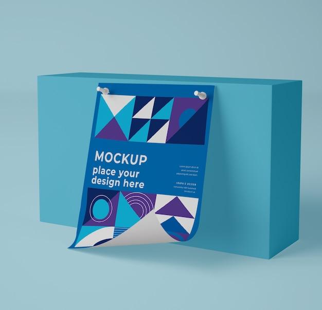 Vue de face d'une maquette en papier avec un design géométrique