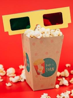 Vue de face de la tasse de pop-corn avec des lunettes en trois dimensions
