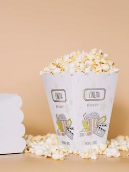 Vue frontale, de, cinéma, pop-corn, dans, tasses