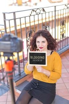 Vue haute femme tenant une maquette de blogueur